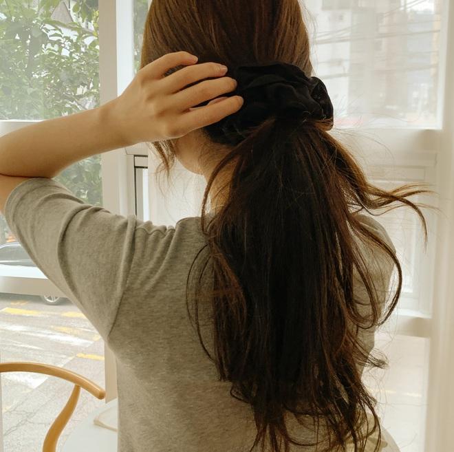 """Tóc buộc thấp có tới 5 cách biến tấu để bạn không bao giờ """"thắm thơm"""" - ảnh 1"""