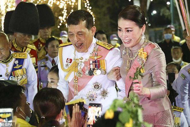 Hoàng hậu Thái Lan ngày một tỏa sáng, thể hiện tình cảm gắn bó với nhà vua trong khi Hoàng quý phi vắng bóng - ảnh 2