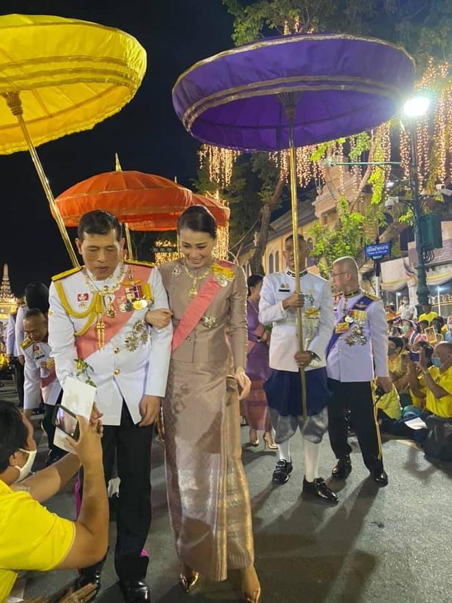 Hoàng hậu Thái Lan ngày một tỏa sáng, thể hiện tình cảm gắn bó với nhà vua trong khi Hoàng quý phi vắng bóng - ảnh 1