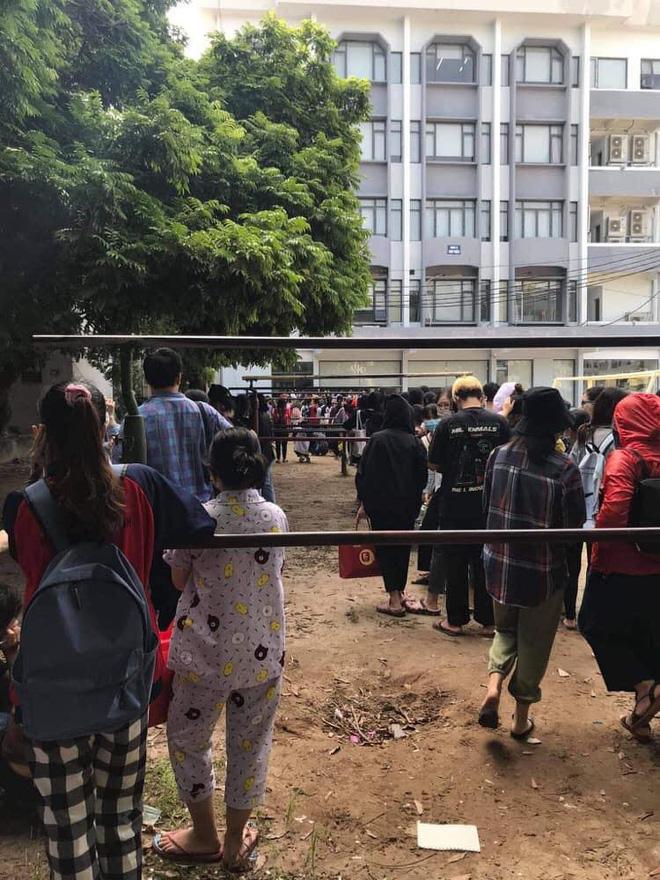 Trường ĐH ham học nhất Hà Nội: Sinh viên xếp hàng dài chờ đến lượt mượn sách - ảnh 1