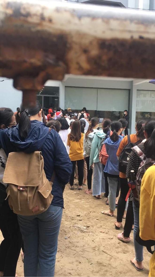 Trường ĐH ham học nhất Hà Nội: Sinh viên xếp hàng dài chờ đến lượt mượn sách - ảnh 3