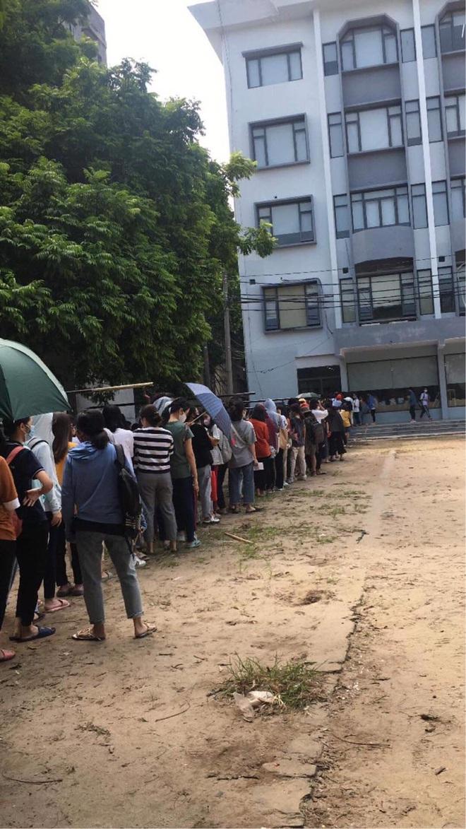 Trường ĐH ham học nhất Hà Nội: Sinh viên xếp hàng dài chờ đến lượt mượn sách - ảnh 2