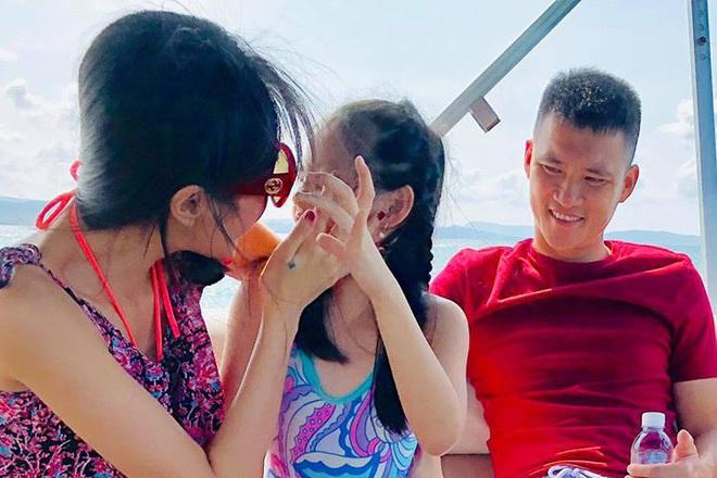 Sao Việt phản dame khi con bị chê xấu: Thủy Tiên đáp trả tay đôi, nhưng không căng bằng pha xử lý của Tuấn Hưng - ảnh 1