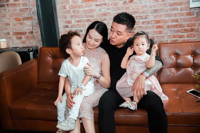 Sao Việt phản dame khi con bị chê xấu: Thủy Tiên đáp trả tay đôi, nhưng không căng bằng pha xử lý của Tuấn Hưng - ảnh 4