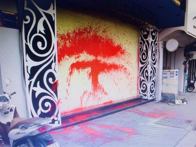 Một gia đình ở Sài Gòn bị nhóm đòi nợ khủng bố bằng sơn, chất bẩn vì cho bạn lưu trú - ảnh 1