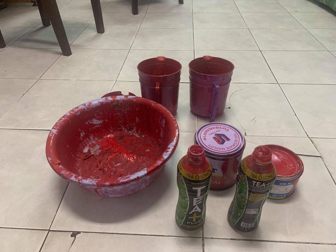 Một gia đình ở Sài Gòn bị nhóm đòi nợ khủng bố bằng sơn, chất bẩn vì cho bạn lưu trú - ảnh 5