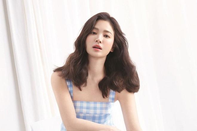 Mới nghe đồn Song Hye Kyo sánh đôi với Lee Jong Suk, netizen đã ném đá nhà gái - ảnh 5