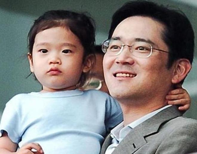 Cháu gái chủ tịch tập đoàn Samsung càng lớn càng xinh, cái nét sang dù đứng ở đâu cũng không thể lu mờ - ảnh 1