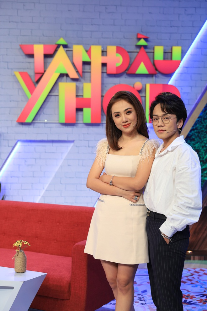 Miko Lan Trinh khiến mọi người xanh mặt khi làm nũng bạn trai trên sóng truyền hình - ảnh 1