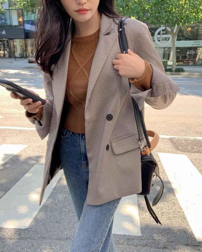 6 kiểu áo đáng sắm để mix cùng quần jeans, chị em diện mùa đông là có outfit trendy chuẩn chỉnh - Ảnh 1.