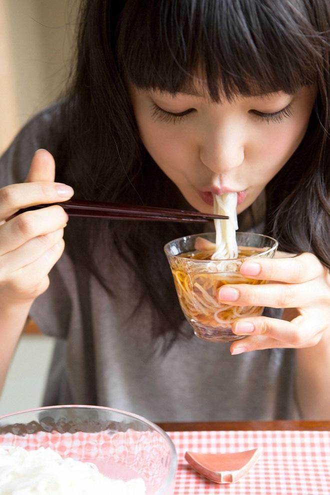 Người sống lâu, khoẻ mạnh thường có 4 đặc điểm khi ăn, nếu bạn cũng có thì xin chúc mừng - ảnh 1