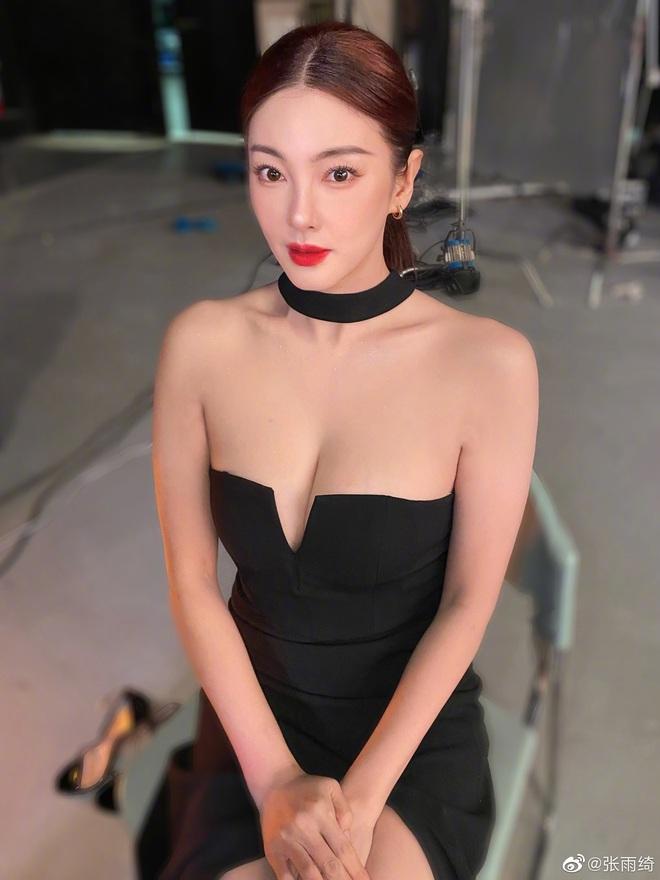 """Cả Weibo """"ngộp thở"""" với ảnh hậu trường của Song Hye Kyo Trung Quốc: Vòng một căng tràn, nhan sắc mẹ 2 con đây ư? - ảnh 1"""