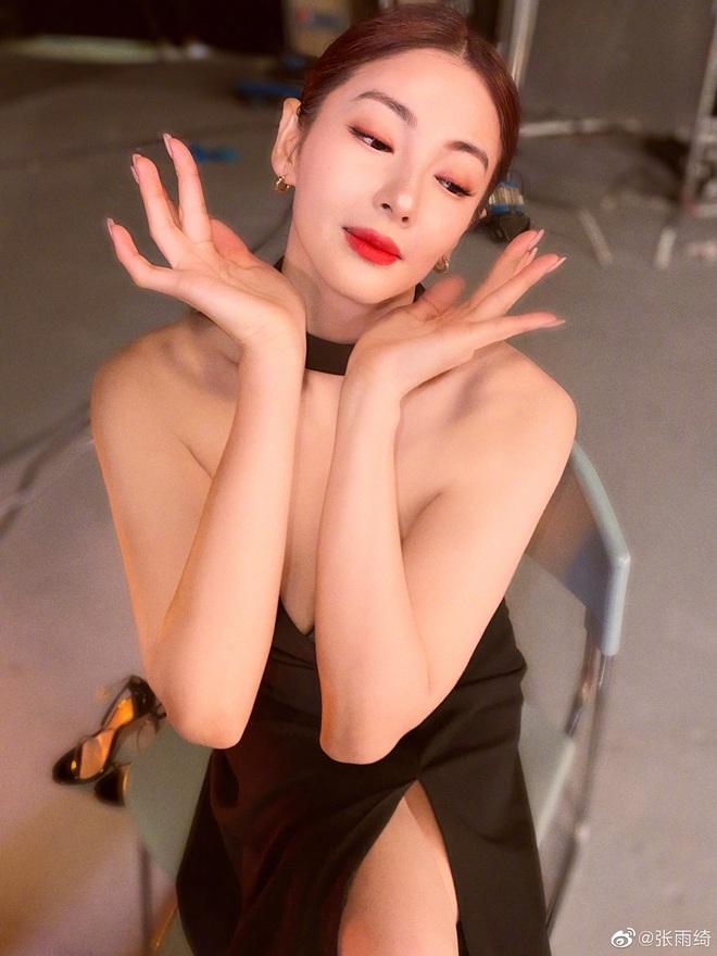 """Cả Weibo """"ngộp thở"""" với ảnh hậu trường của Song Hye Kyo Trung Quốc: Vòng một căng tràn, nhan sắc mẹ 2 con đây ư? - ảnh 3"""