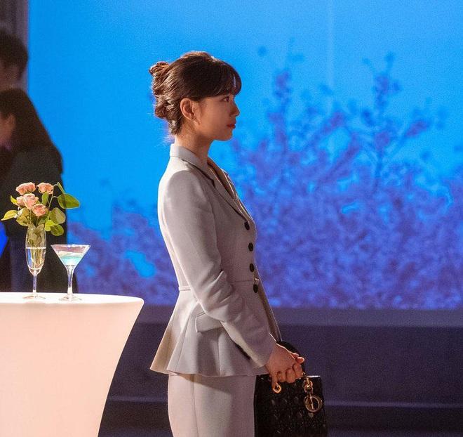 Phim vừa chiếu, Suzy đã khiến netizen tranh cãi nảy lửa vì vào vai nghèo rớt mồng tơi mà lại diện túi Dior trăm triệu - ảnh 3