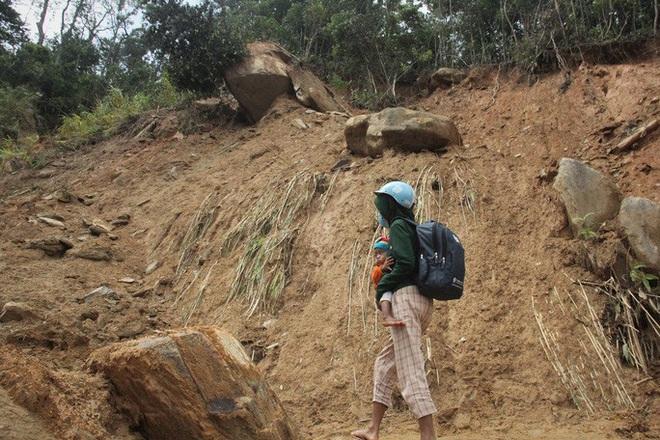 Người dân nín thở đi dưới khối đá 30 tấn lộ ra sau mưa lũ - ảnh 1