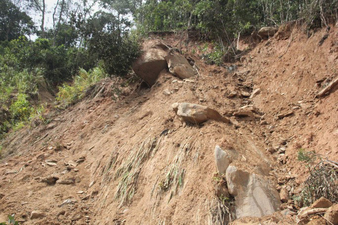 Người dân nín thở đi dưới khối đá 30 tấn lộ ra sau mưa lũ - ảnh 3