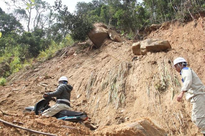 Người dân nín thở đi dưới khối đá 30 tấn lộ ra sau mưa lũ - ảnh 4