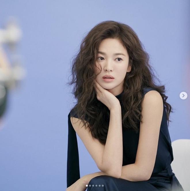 Mới nghe đồn Song Hye Kyo sánh đôi với Lee Jong Suk, netizen đã ném đá nhà gái - ảnh 3