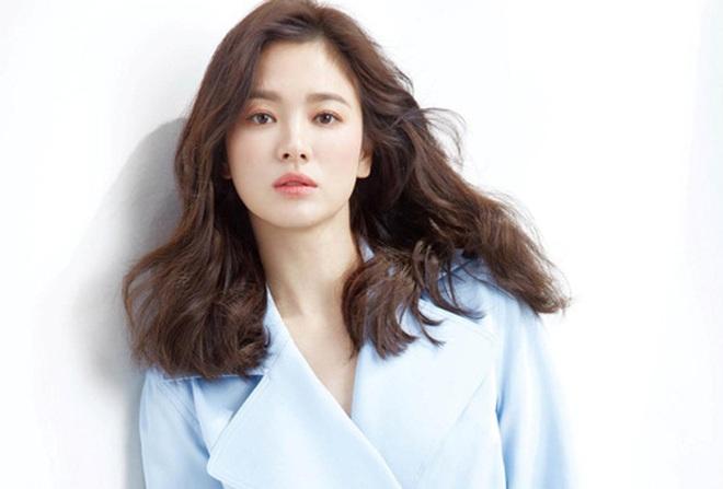 Mới nghe đồn Song Hye Kyo sánh đôi với Lee Jong Suk, netizen đã ném đá nhà gái - ảnh 4