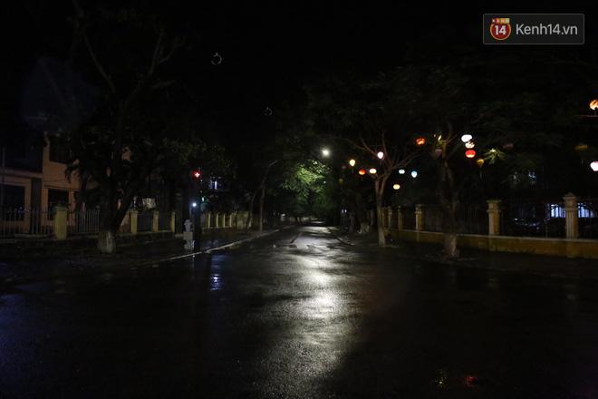 Quân đội huy động 7 trực thăng ứng phó bão Molave; Quảng Ngãi là tâm bão, trời đã mưa khá to, gió thổi mạnh - Ảnh 2.
