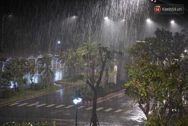Bão số 9 đang tiến sát đất liền: Gió rít liên hồi, mưa to ở Lý Sơn, nhiều nhà dân bị tốc mái - Ảnh 5.