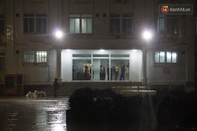 Bão số 9 đang tiến sát đất liền: Gió rít liên hồi, mưa to ở Lý Sơn, nhiều nhà dân bị tốc mái - Ảnh 3.