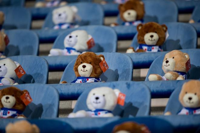 15.000 chú gấu bông đến sân cổ vũ CLB cũ của Văn Hậu khiến cả thế giới ngỡ ngàng - ảnh 5
