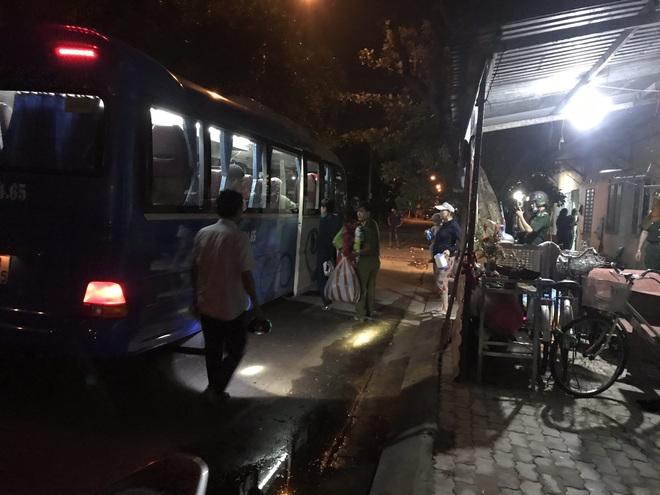 Đà Nẵng sơ tán khẩn cấp 400 hộ dân dưới chân núi Ngũ Hành Sơn ngay trong đêm trước giờ bão số 9 đổ bộ - ảnh 4