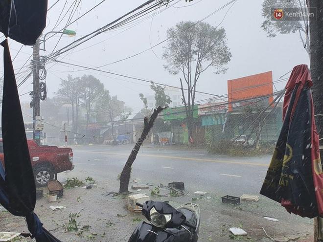 Bão số 9 quần thảo dữ dội trên đất liền: Gió giật kinh hoàng làm tốc mái hàng nghìn nhà dân, cầu cống bị cuốn trôi, đường sắt tê liệt - Ảnh 2.