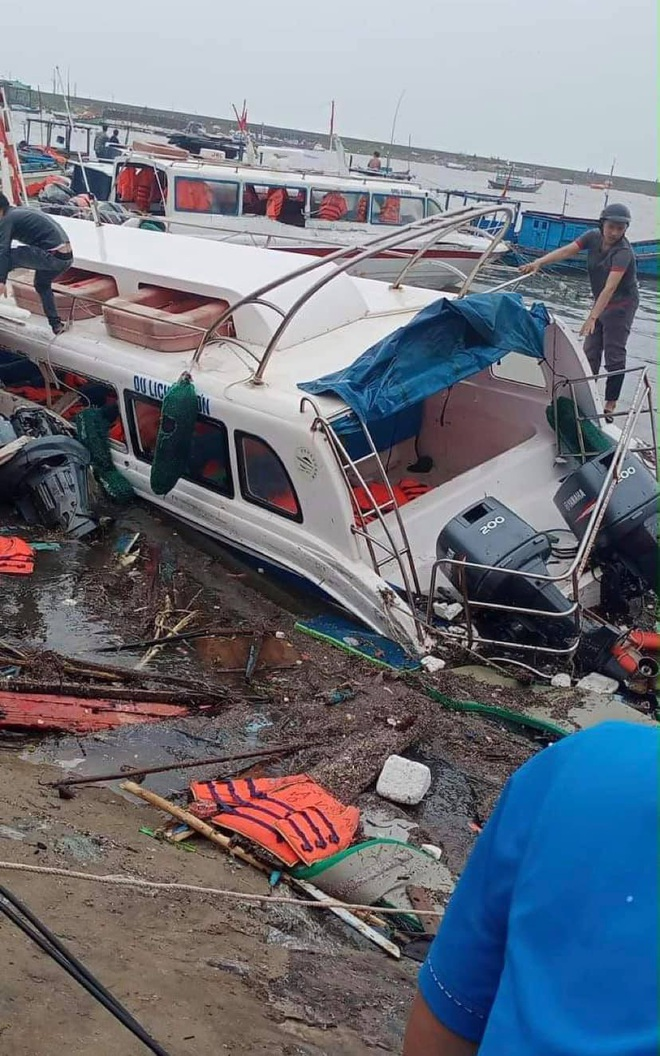 Bão số 9 sầm sập đổ bộ đất liền: Gió giật kinh hoàng làm tốc mái nhiều trường học và nhà dân, 2 người chết, nhiều người bị thương - Ảnh 1.