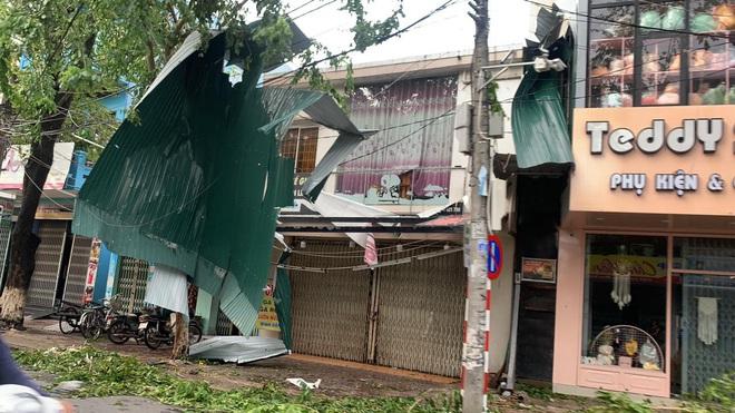 Sau khi bão số 9 càn quét, người dân đau xót nhìn khung cảnh tan hoang, tài sản bị nước lũ cuốn trôi - Ảnh 1.