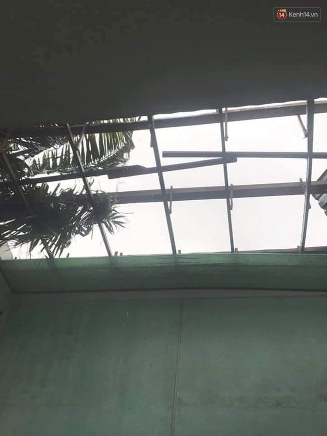 Bão số 9 sầm sập đổ bộ đất liền: Gió giật kinh hoàng làm tốc mái nhiều trường học và nhà dân, 2 người chết, 7 người bị thương - Ảnh 2.