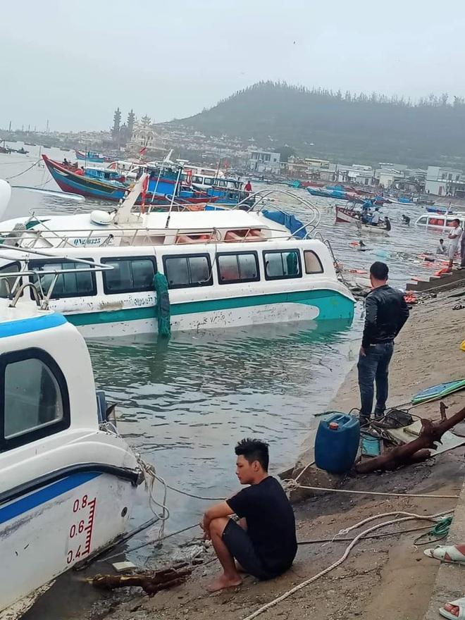 Bão số 9 sầm sập đổ bộ đất liền: Gió giật kinh hoàng làm tốc mái nhiều trường học và nhà dân, 2 người chết, nhiều người bị thương - Ảnh 4.