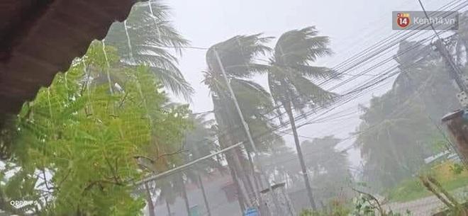 Bão số 9 sầm sập đổ bộ đất liền: Gió giật kinh hoàng làm tốc mái nhiều trường học và nhà dân, 2 người chết, 7 người bị thương - Ảnh 3.
