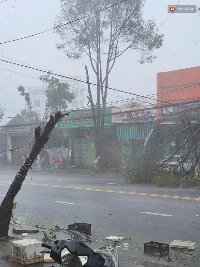 Bão số 9 quần thảo dữ dội trên đất liền: Gió giật kinh hoàng làm tốc mái hàng nghìn nhà dân, cầu cống bị cuốn trôi, đường sắt tê liệt - Ảnh 3.