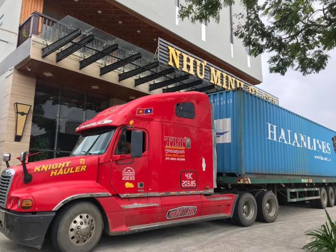 Người Đà Nẵng thuê container chắn trước khách sạn, cửa hàng để đề phòng sức tàn phá khủng khiếp của bão số 9 - ảnh 4