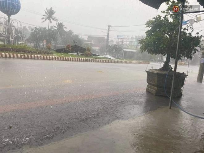 Bão số 9 sầm sập đổ bộ đất liền: Gió giật kinh hoàng làm tốc mái nhiều trường học và nhà dân, 2 người chết, 7 người bị thương - Ảnh 4.