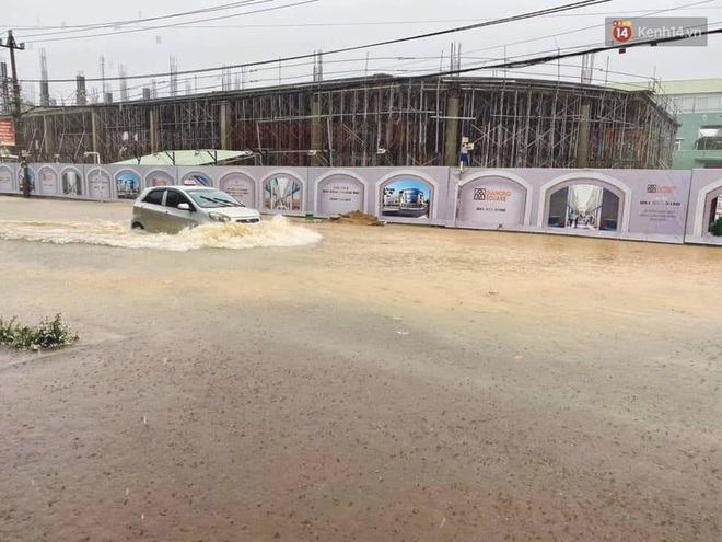 Bão số 9 sầm sập đổ bộ đất liền: Gió giật kinh hoàng làm tốc mái nhiều trường học và nhà dân, 2 người chết, 7 người bị thương - Ảnh 7.