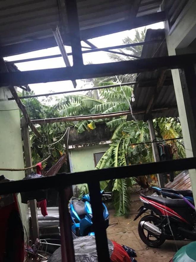 Bão số 9 sắp đổ bộ: Gió giật mạnh ở Quảng Ngãi, đã có nhà bị tốc mái; Hội An ngập sâu nhiều tuyến đường - Ảnh 3.