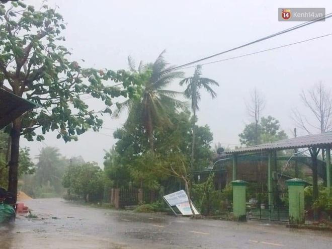 Bão số 9 sầm sập đổ bộ đất liền: Gió giật kinh hoàng làm tốc mái nhiều trường học và nhà dân, 2 người chết, 7 người bị thương - Ảnh 5.