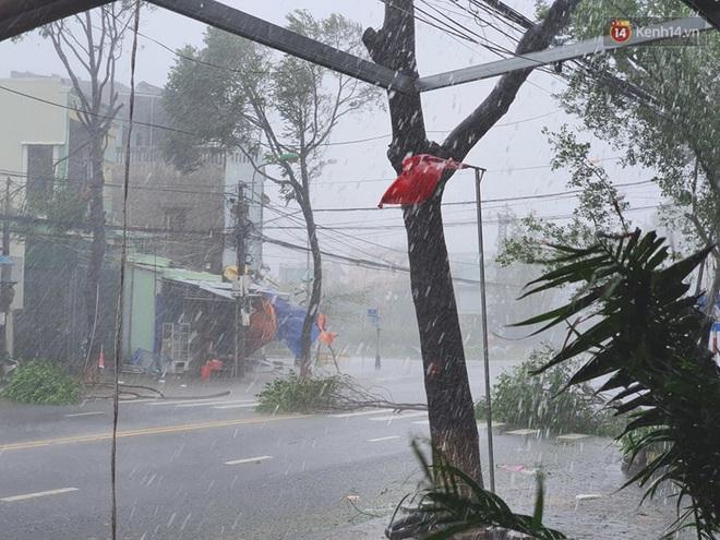 Bão số 9 quần thảo dữ dội trên đất liền: Gió giật kinh hoàng làm tốc mái hàng nghìn nhà dân, cầu cống bị cuốn trôi, đường sắt tê liệt - Ảnh 4.