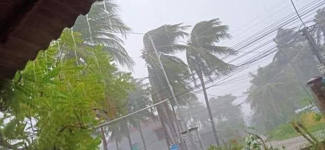 Bão số 9 sắp đổ bộ: Gió giật mạnh ở Quảng Ngãi, đã có nhà bị tốc mái; Hội An ngập sâu nhiều tuyến đường - Ảnh 4.