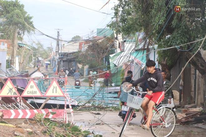 Bão số 9 quần thảo dữ dội trên đất liền: Quảng Nam sạt lở núi vùi lấp nhiều nhà, phần bão mạnh nhất hiện tập trung ở Gia Lai - Kon Tum - Ảnh 10.