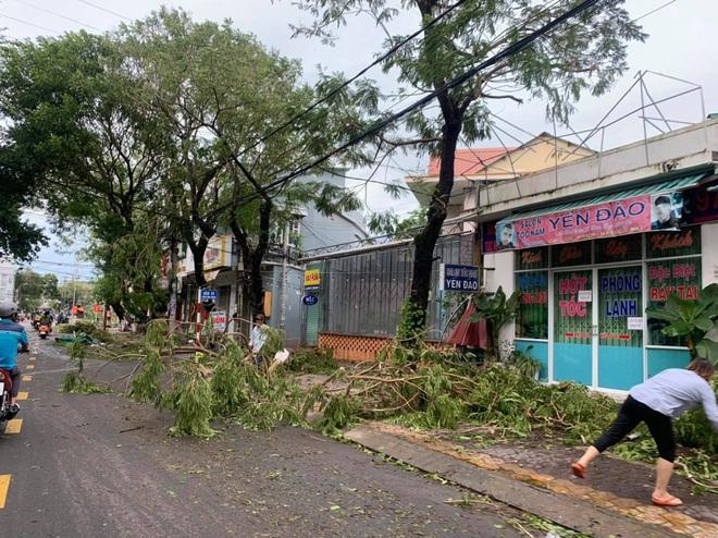 Sau khi bão số 9 càn quét, người dân đau xót nhìn khung cảnh tan hoang, tài sản bị nước lũ cuốn trôi - Ảnh 5.