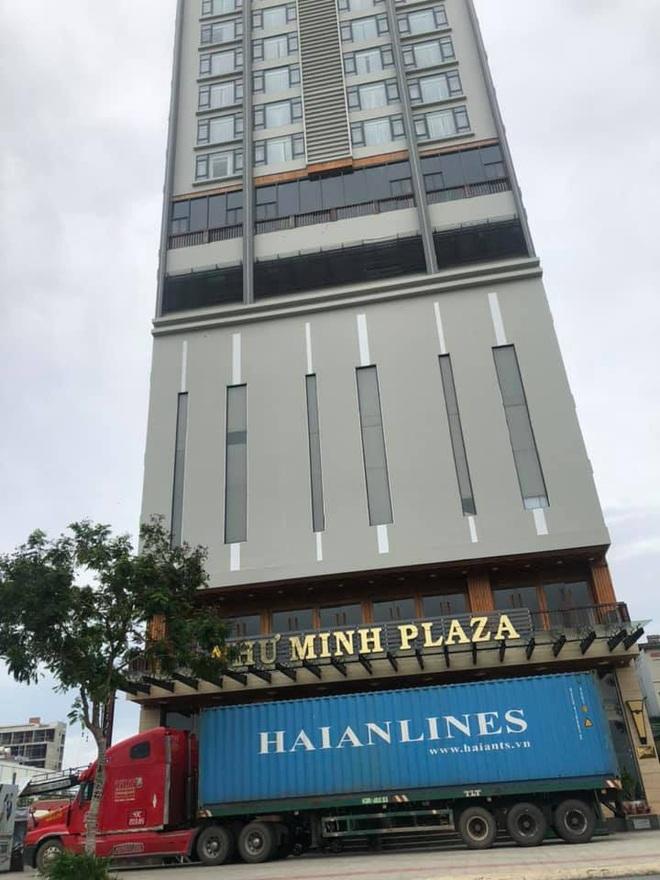 Người Đà Nẵng thuê container chắn trước khách sạn, cửa hàng để đề phòng sức tàn phá khủng khiếp của bão số 9 - ảnh 2