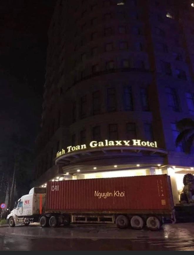 Người Đà Nẵng thuê container chắn trước khách sạn, cửa hàng để đề phòng sức tàn phá khủng khiếp của bão số 9 - ảnh 1