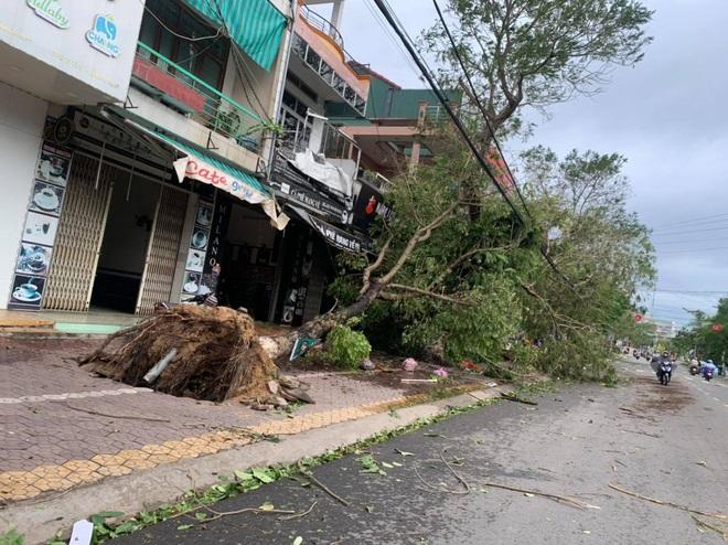 Sau khi bão số 9 càn quét, người dân đau xót nhìn khung cảnh tan hoang, tài sản bị nước lũ cuốn trôi - Ảnh 8.