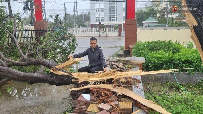 Bão số 9 quần thảo dữ dội trên đất liền: Quảng Nam sạt lở núi vùi lấp nhiều nhà, phần bão mạnh nhất hiện tập trung ở Gia Lai - Kon Tum - Ảnh 8.