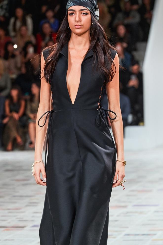 Váy Dior bị Suzy khâu tiệt để hở vừa vừa, Khánh Linh chơi lớn diện luôn bản gốc xẻ ngực sâu hoắm - ảnh 2