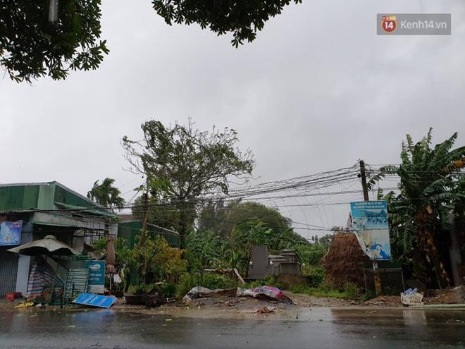 Bão số 9 áp sát miền Trung: Phong toả một phần Quốc lộ 1A khiến hàng trăm xe ùn tắc; Quảng Ngãi đã có nhà bị tốc mái - Ảnh 1.